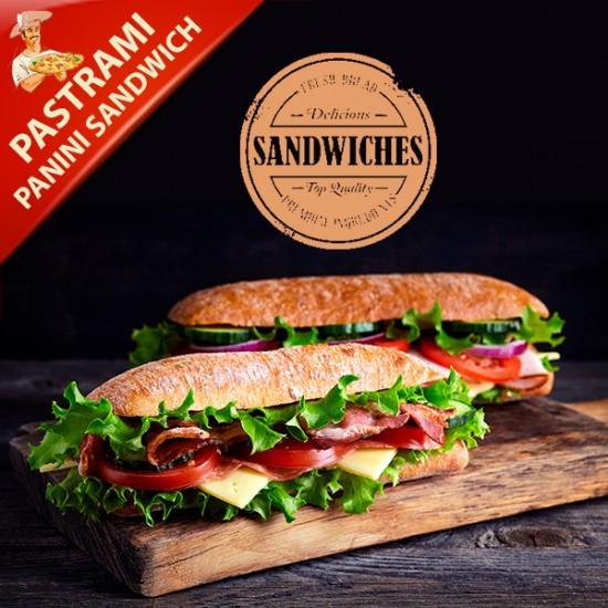 Pastrami Sandwich med mozzarella, pastrami, salat, soltørrede tomater og creme fraiche (Nr. 33)