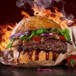 New Yorker Burger med ca. 200 gr. bøf af BBQ marineret hk. oksekød, salat, solmodne tomater, agurk, rødløg, sprød bacon, cheddarost, hertil crispy potatoes med hjemmerørt aioli