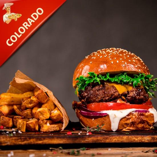 Colorado Burger med ca. 200 gr. bøf af BBQ marinerede tynde skiver og grillet oksefilet med smeltet cheddarost, salat, chilistegte champignon, grillede tomater, bløde løg, hertil crispy potatoes og hjemmerørt aioli