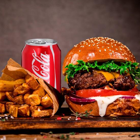 Burger Menu med hakket oksekød, bacon, cheddarost, tomat, salat, rødløg, pickles, trøffelmayo og ketchup hertil pommes frites og sodavand
