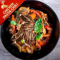 Pasta Chili med kylling vendt i chilisauce og grønt, toppet med ristede kerner og parmasan