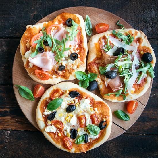 Pizza Margrethe med tomat, mozzarella, frisk basilikum
