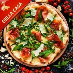 Pizza Della Casa med tomat, mozzarella, kødstrimler, pepperoni og bacon
