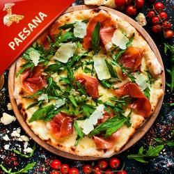 Pizza Paesana med tomat, mozzarella, italiensk skinke, bacon og cocktailpølser