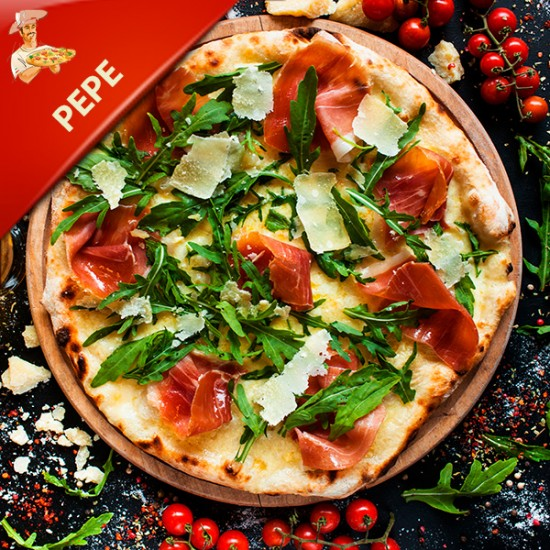 Pizza PEPE med tomat, mozzarella, pepperoni, champignon og jalapenos