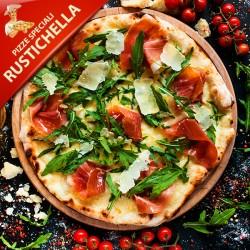 Pizza Rustichella med tomat, mozzarella, salsiccia (italiensk kødfars), pesto, rucola og parmesanost