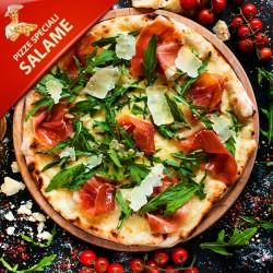 Pizza Salame med tomat, mozzarella, stærk italiensk salami, rucola, pannesanost og olivenolie
