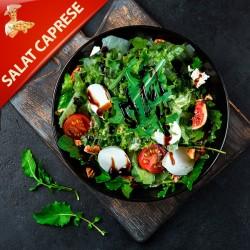 Salat Caprese med mozzarella, friske tomater, basilikum og oliven