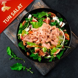 Tun Salat med salat, oliven rødløg og cherry tomater